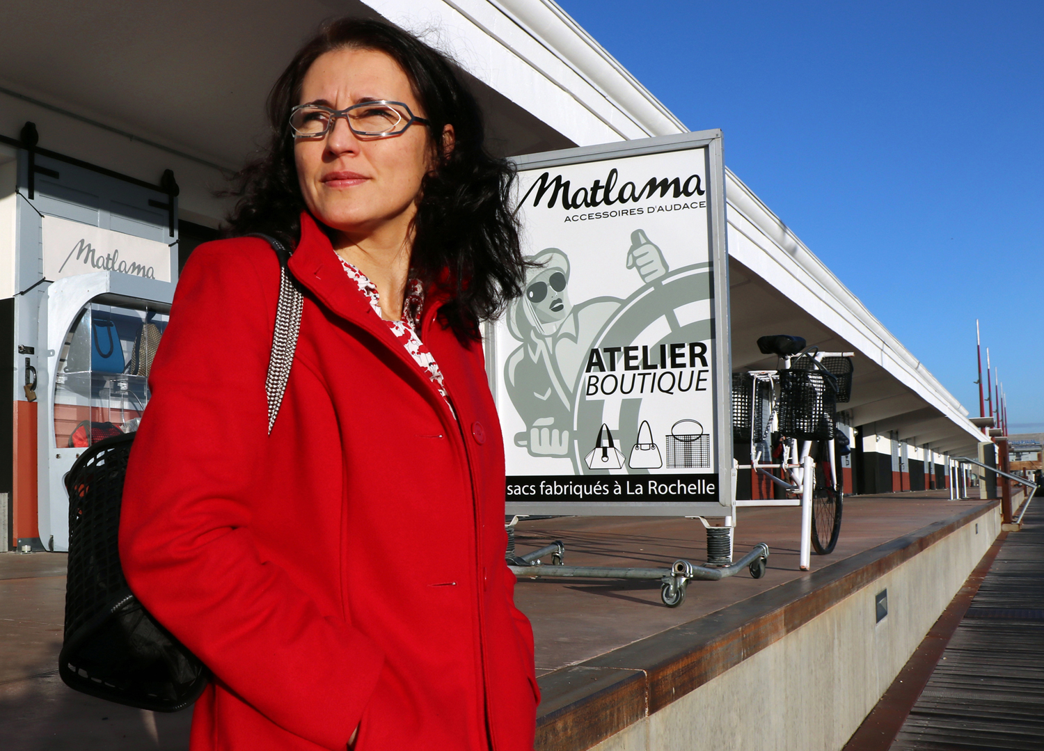 Marina face à sa boutique
